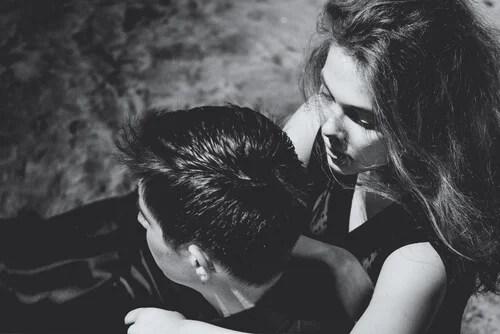 Chica preocupada por su novio