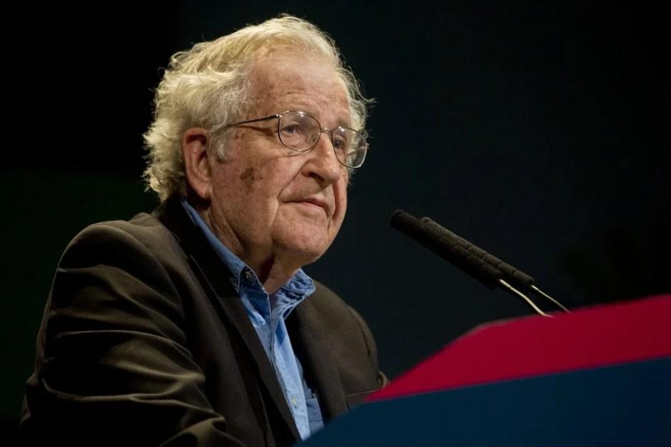 Chomsky dando una conferencia