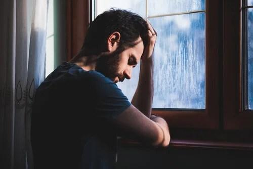 Hombre experimentando depresión existencial