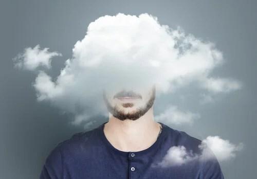Hombre con nubes en la cabeza para representar la acineptosia