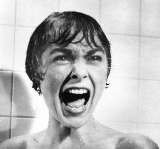 Mujer gritando escena de psicosis