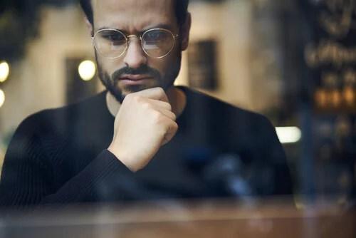 Hombre con gafas pensando