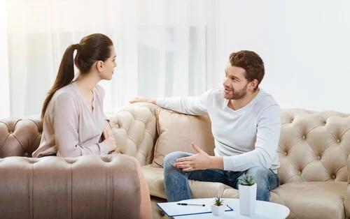 Pareja hablando sobre su pareja sin ceder
