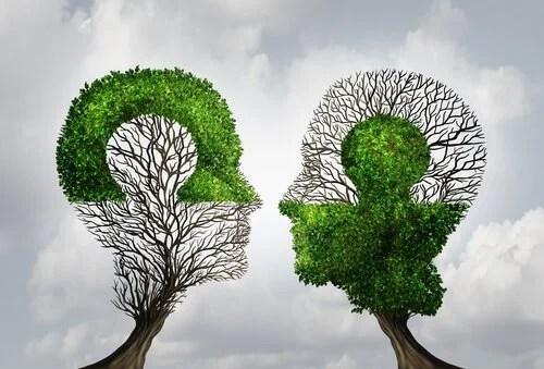 Árboles con forma de cabezas de personas representando el pensamiento dicotómico
