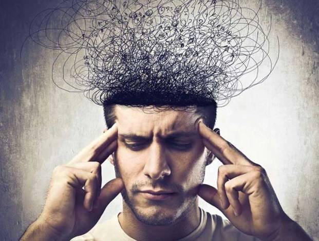 Hombre con laberinto de pensamientos en la cabeza