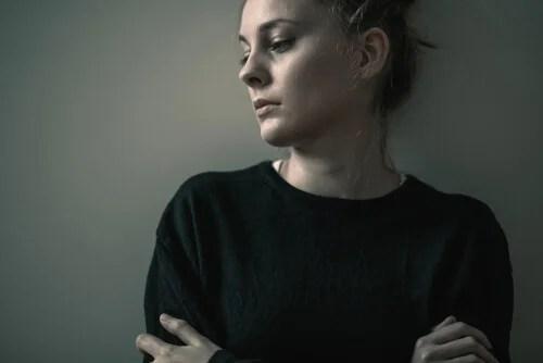 Mujer triste con trastorno de personalidad