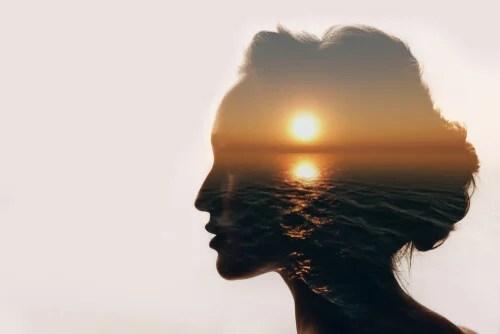 Mujer con una luz en la mente simbolizando la neurociencia del dolor emocional