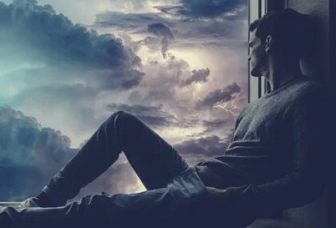 Hombre ante ventana representando la autoestima excesiva