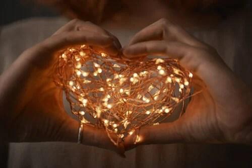 Corazón de luces representando a las personas emocionales y personas racionales