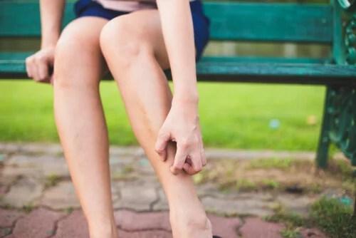 Mujer con picor en las piernas