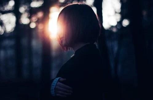 Chica en el bosque representando el estoy bien
