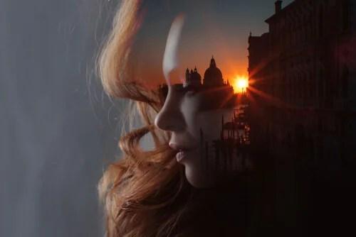 Rostro de mujer transparente con atardecer de una ciudad