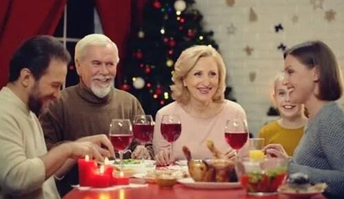 Personas a la mesa que logran aplicar la asertividad en las reuniones familiares
