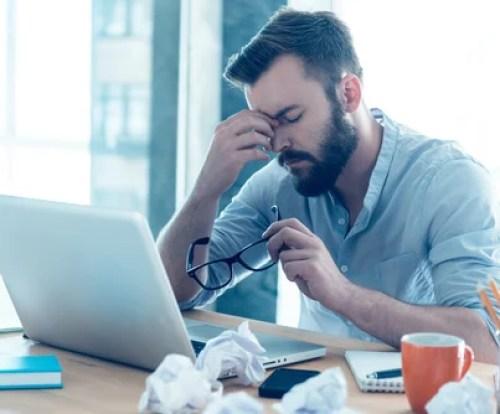 Hombre estresado en el trabajo pensando que no puedo concentrarme