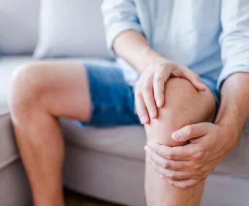 Hombre con un dolor de rodilla