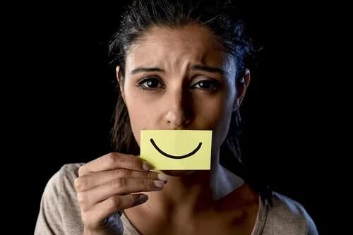 Mujer con una sonrisa de mentira