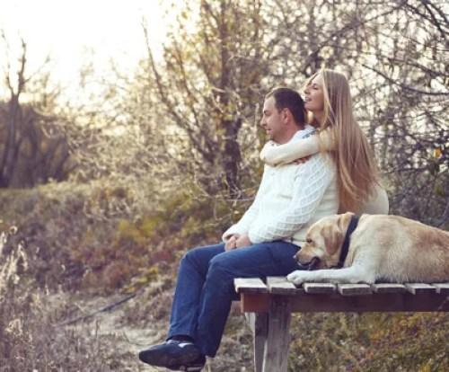 Pareja con su perro al aire libre