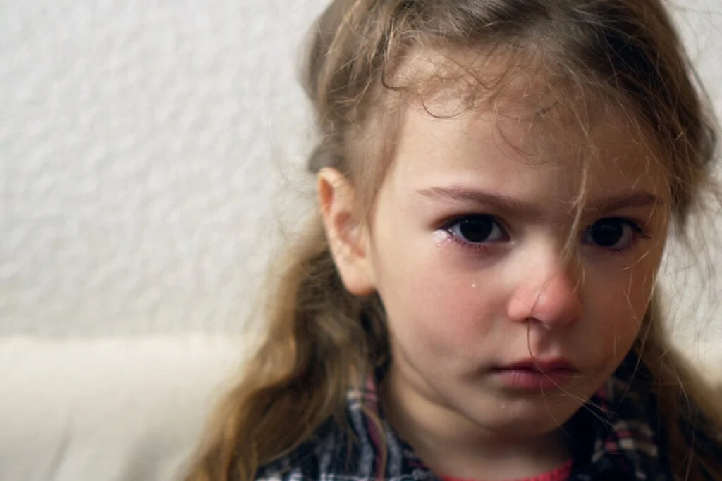 Niña triste llorando