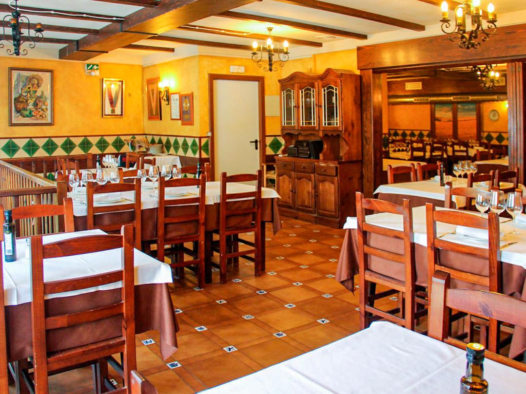 salon-meson-asador-abuelo-igualada-barcelona-mesa-habla