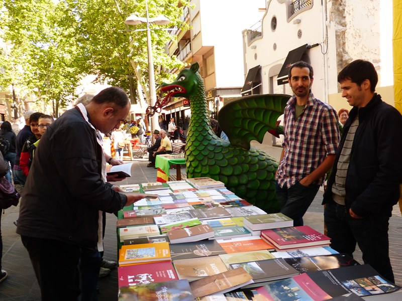 mesa-habla-sant-jordi-libros-calle