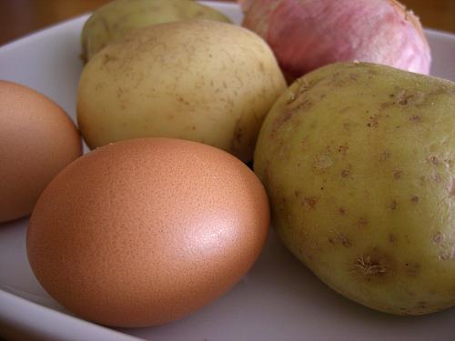 mesa-habla-huevos-patatas