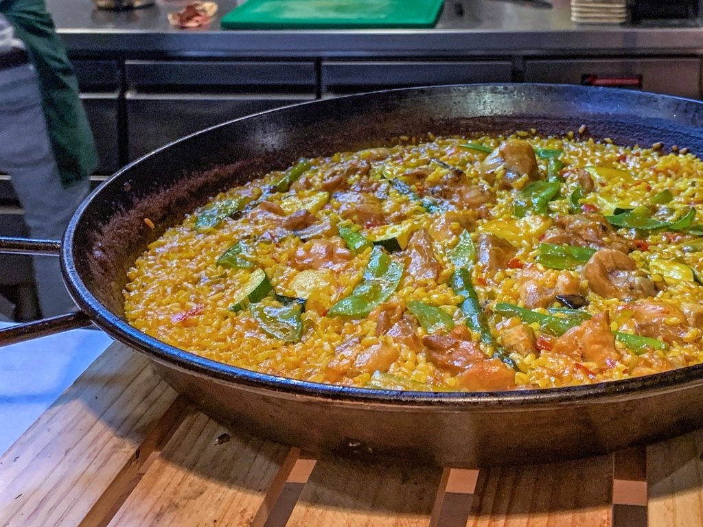 mesa-habla-paella-pollo-verduras-albarino