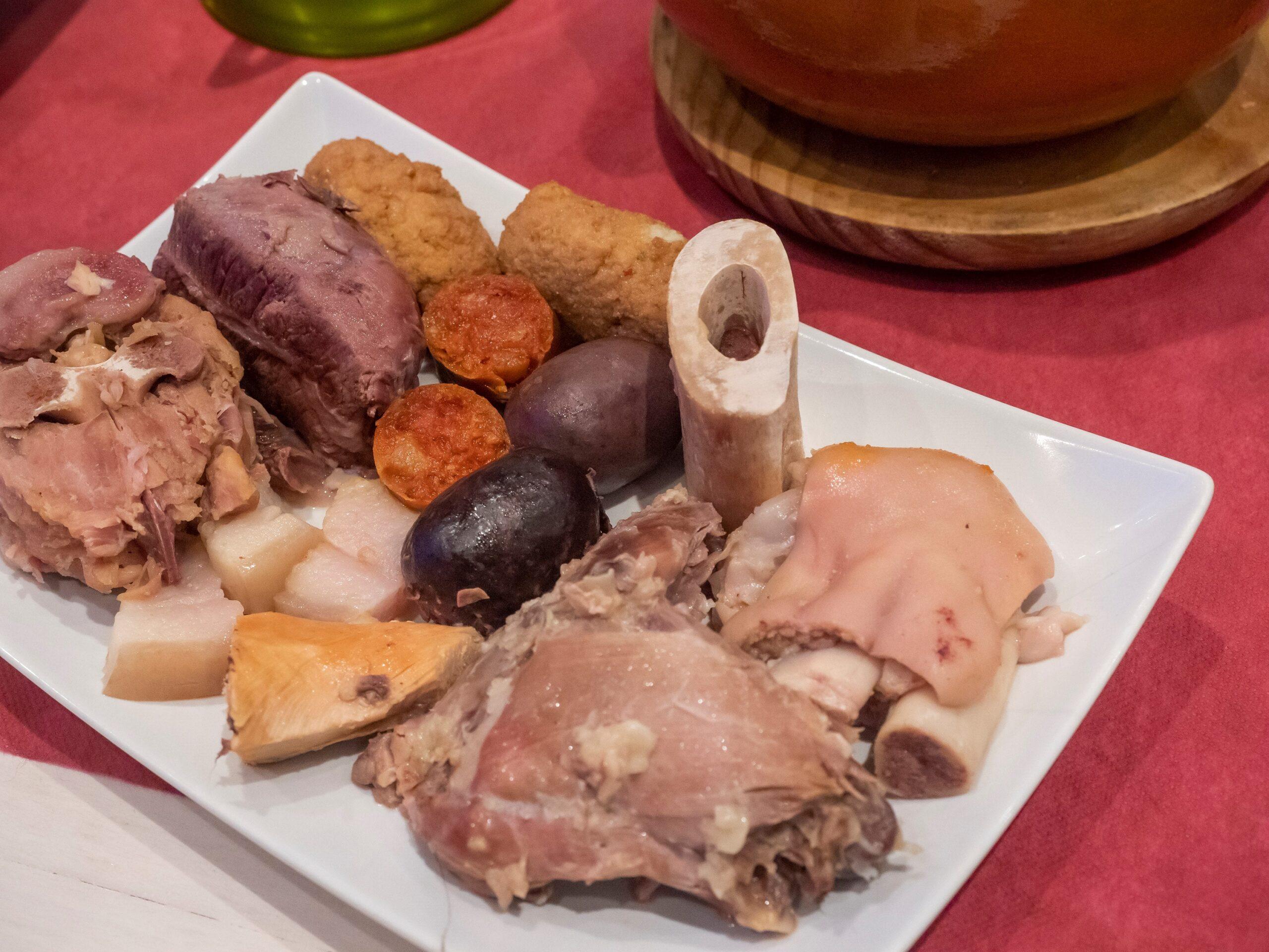 mesa-habla-cocido-madrileno-carnes