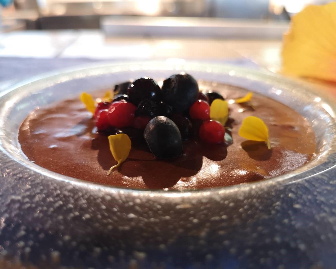 mesa-habla-postre-mousse-chocolate-frutos-rojos-jardin-tecina