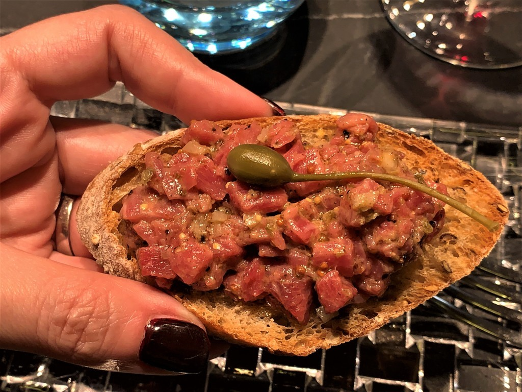 mesa-habla-restaurante-zaga-tosta-steak-tartar