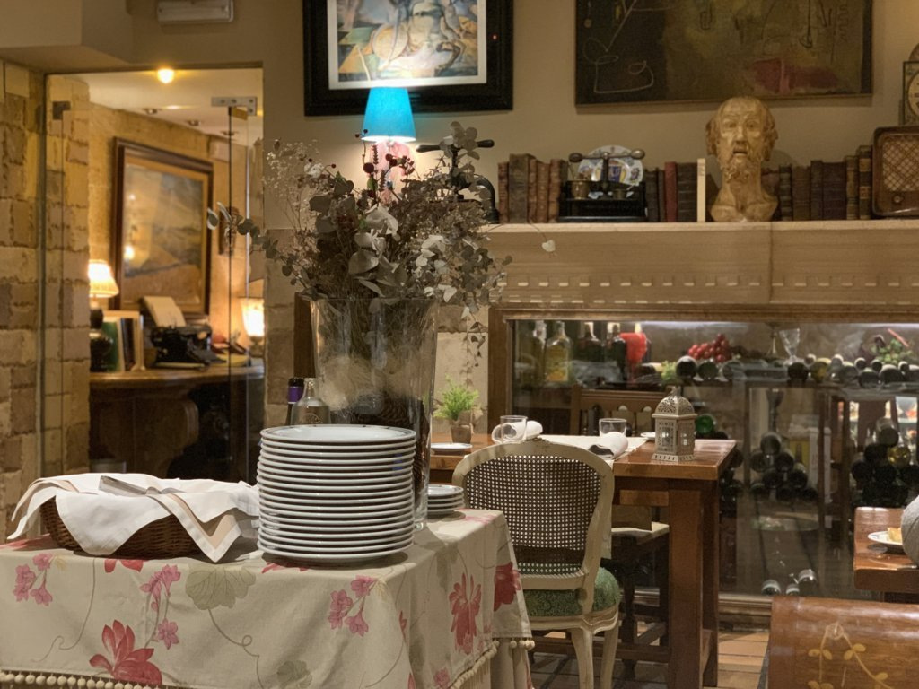 mesa-habla-pedrusco-aldealcorvo-salon 1