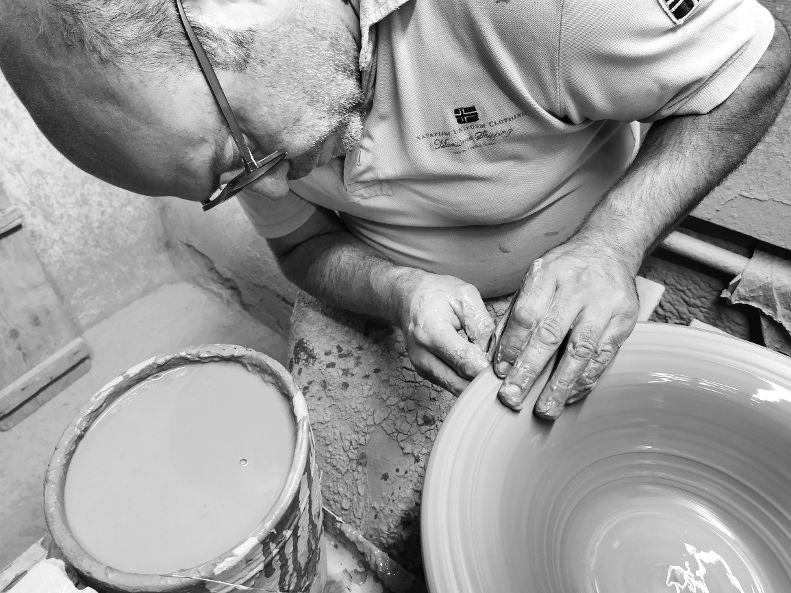 Grottaglie, capitale pugliese del vino della ceramica: la storia di Cosimo Vestita