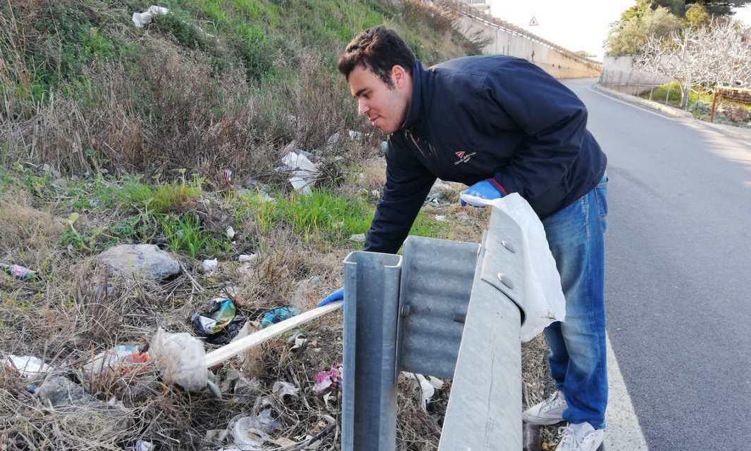 Il meglio del 2020: a Bari Michele ripulisce zona della città adibita a discarica abusiva