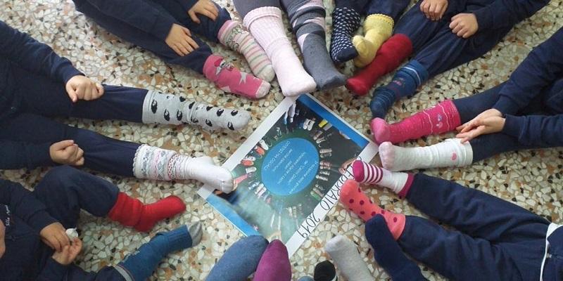 Alunni di una scuola a Nardò appendono calzini spaiati all'ingresso: è il simbolo della diversità