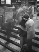 Robert Doisneau, Baiser Passage Versailles. Paris 1950