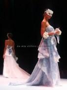 L'uso di due pizzi per l'abito azzurro polvere, il colore protagonista dell'ultimo atto della sfilata, quello più romantico