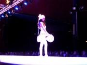 Performance quasi teatrali per le modelle sulla passerella di Passaro Sposa