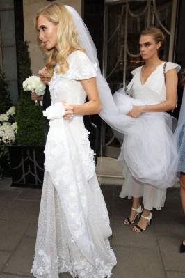 Poppy e la damigella d'onore Cara, entrambe in bianco Chanel