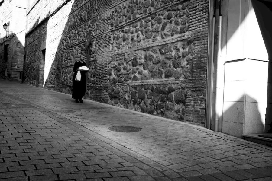 daniel battiston blogs photography digital fujifilm fuji fujifilm x fujifilm x series fuji x fuji x series x pro2 fuji x pro2 fujifilm x pro2 xf23mm xf23mmf2 xf23 toledo spain europe people man priest walking portrait snapshot street photography city cities old town stones houses black white monochrome light shadows