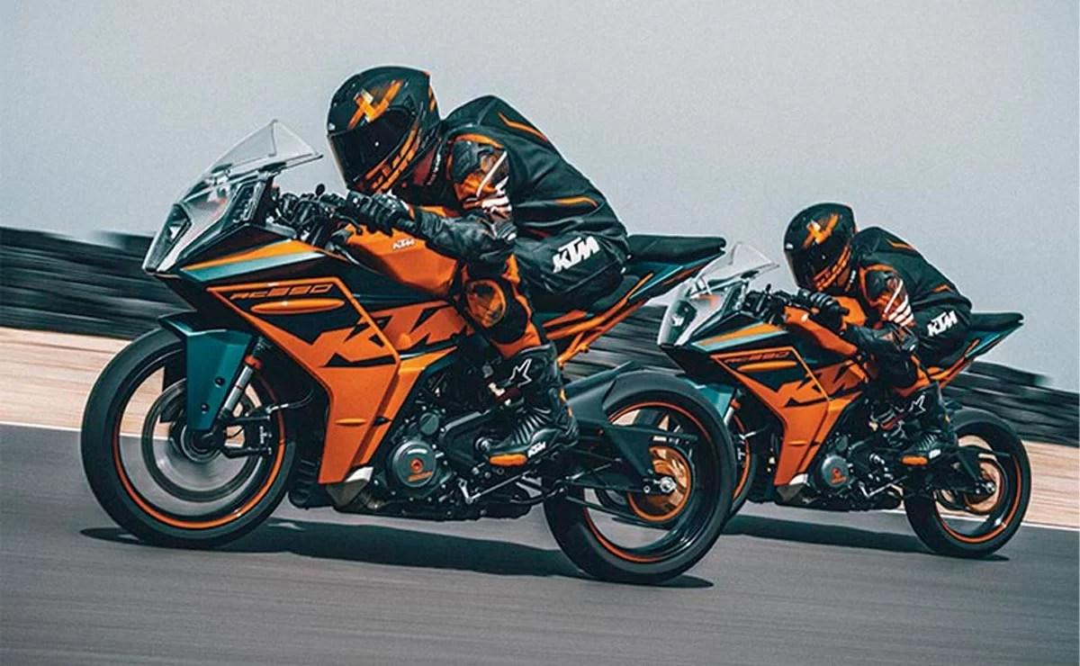 KTM RC 390 2022 negra y naranja dos modelos pista acción