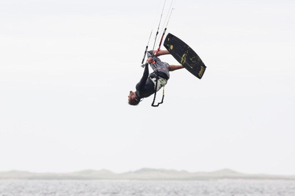 Une vitesse d'obturation rapide nous aide à parfaitement geler ce kitesurfer.