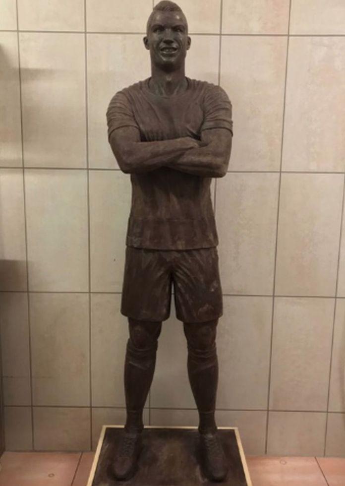 Panadero crea estatua de chocolate Cristiano Ronaldo y ya es viral