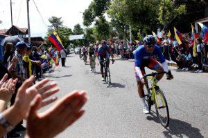 Foto/Carlos Eduardo Ramírez-  Aplausos para los valientes ruteros a lo largo del circuito en la capital del municipio Junín.