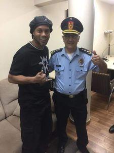 Policía paraguayo se tomo foto con Ronaldinho quien ya está en libertad sin cargos