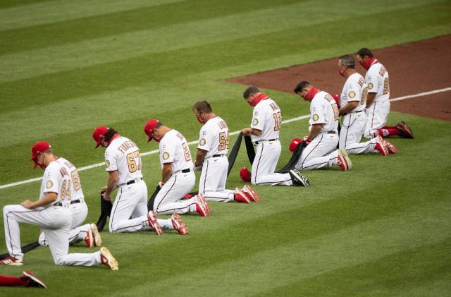 Los equipos de la MLB se arrodillaron antes del partido inaugural para respaldar el Black Lives Matter