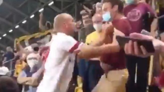 Futbolista del Hamburgo No aguantó y fue a pegarle a un aficionado que le estuvo insultando durante todo el partido
