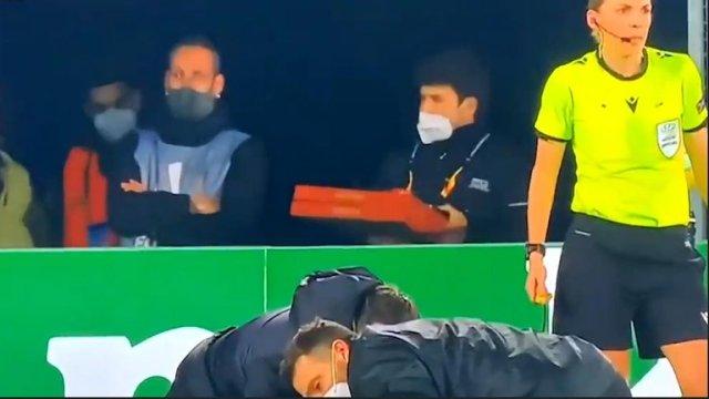 Captaron a repartidor entregando pizza en el estadio durante un partido de Europa League