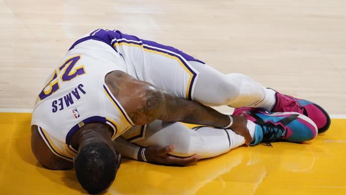 Se encienden alarmas en los Lakers: LeBron James se lesiona el tobillo