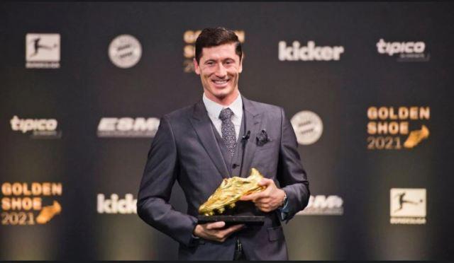 Lewandowski recibió la Bota de Oro y se rindió ante Cristiano Ronaldo y Messi