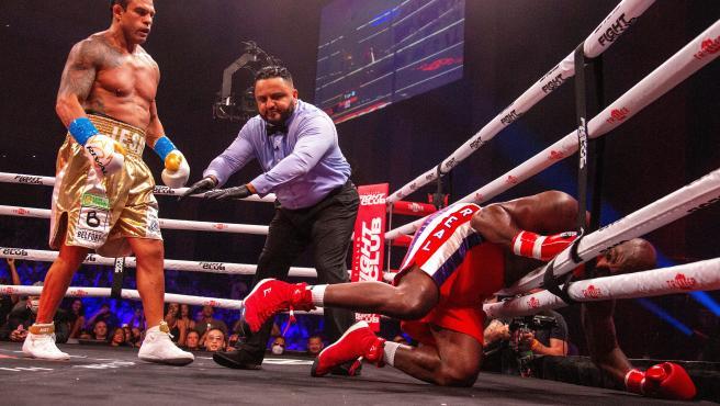 Holyfield recibe una paliza en su vuelta al boxeo