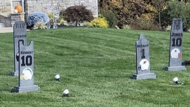 """Un jugador de la NFL decora su jardín con lápidas de quarterbacks rivales: """"Soy un poco troll"""""""